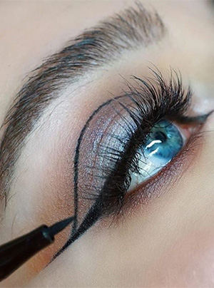 Grafische eye look maken met make up factory