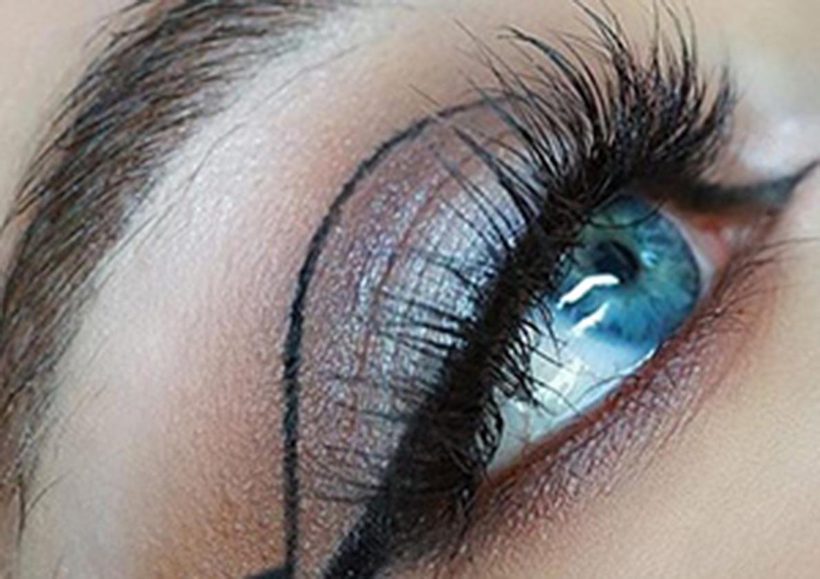 Grafische eye look maken met make up factory